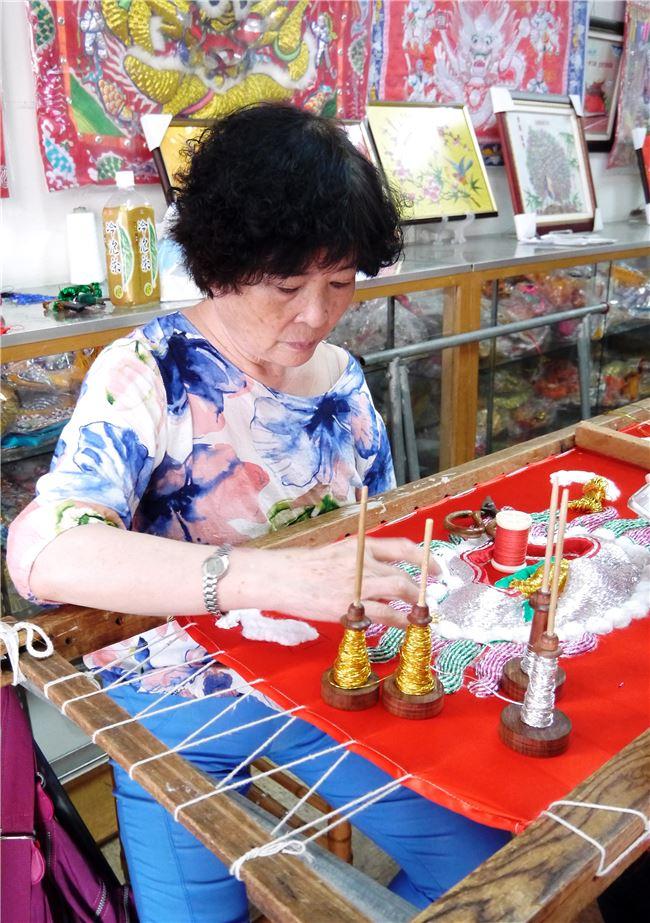 刺繡時往往一坐便是數小時不起身,手起針落的動作十分迅速,需要全神貫注