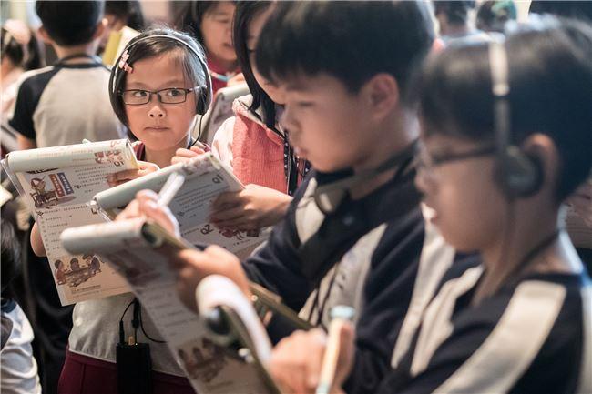學童認真參與活動的模樣。