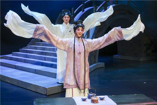 崑曲《春江花月夜》遵循古漢語與傳統曲牌,再加上當代劇場美學,樹立了新世代的崑曲標準。