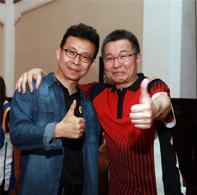 圖一  鍾耀光(右)非常喜歡桌球,還創作了小型音樂劇。(鍾耀光提供)