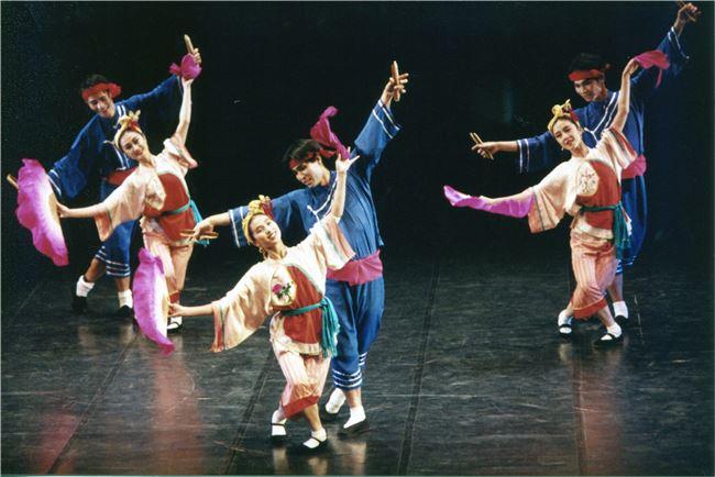 2001年臺北民族舞團的《慶神醮-車鼓》將傳統融入舞作。