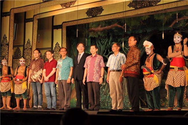 圖四 梭羅宮廷為蔡宗德(左五)舉辦盛大慶祝儀式, 國立台南藝術大學校長詹景裕(中)也親赴現場觀禮