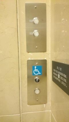 無障礙電梯外有點字按鈕、導盲磚