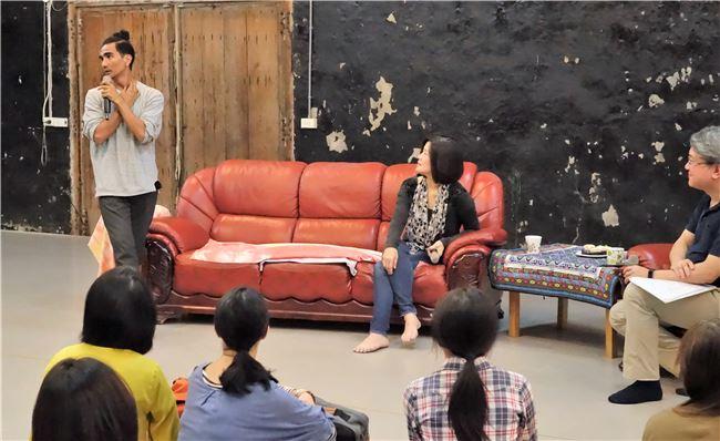 布拉瑞揚老師示範何謂精緻過的舞蹈動作。
