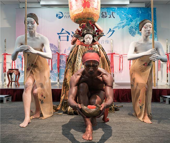 創作舞踏「[酉焦]・献香」を披露する無垢舞踏劇場。