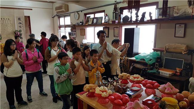 王龍雄校長帶領學生向南管樂神合掌敬拜