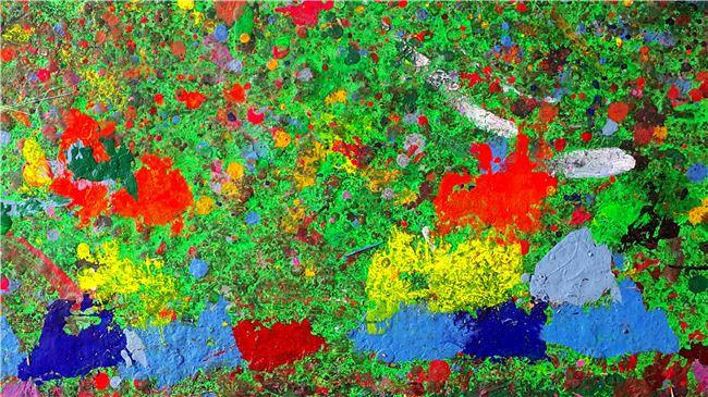 工作室地面經年累月滴下的油彩,彷彿一幅渾然天成的抽象畫。