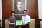 與上海宋慶齡故居紀念館(左為金曉春館長)共同主辦「國之瑰寶-上海宋慶齡紀念館藏書畫展」