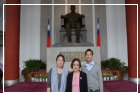 Sun Yat-sen's granddaughter-in-law Lin Lun-ke and her son, Sun's great-grandson Sun Guo-sheng and great-granddaughter-in-law Chen Li-ling paid tribute to the statue of Sun Yat-sen.