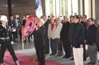 中華民國團結自強協會翟宗泉理事長率會員,向國父銅像獻花致敬。