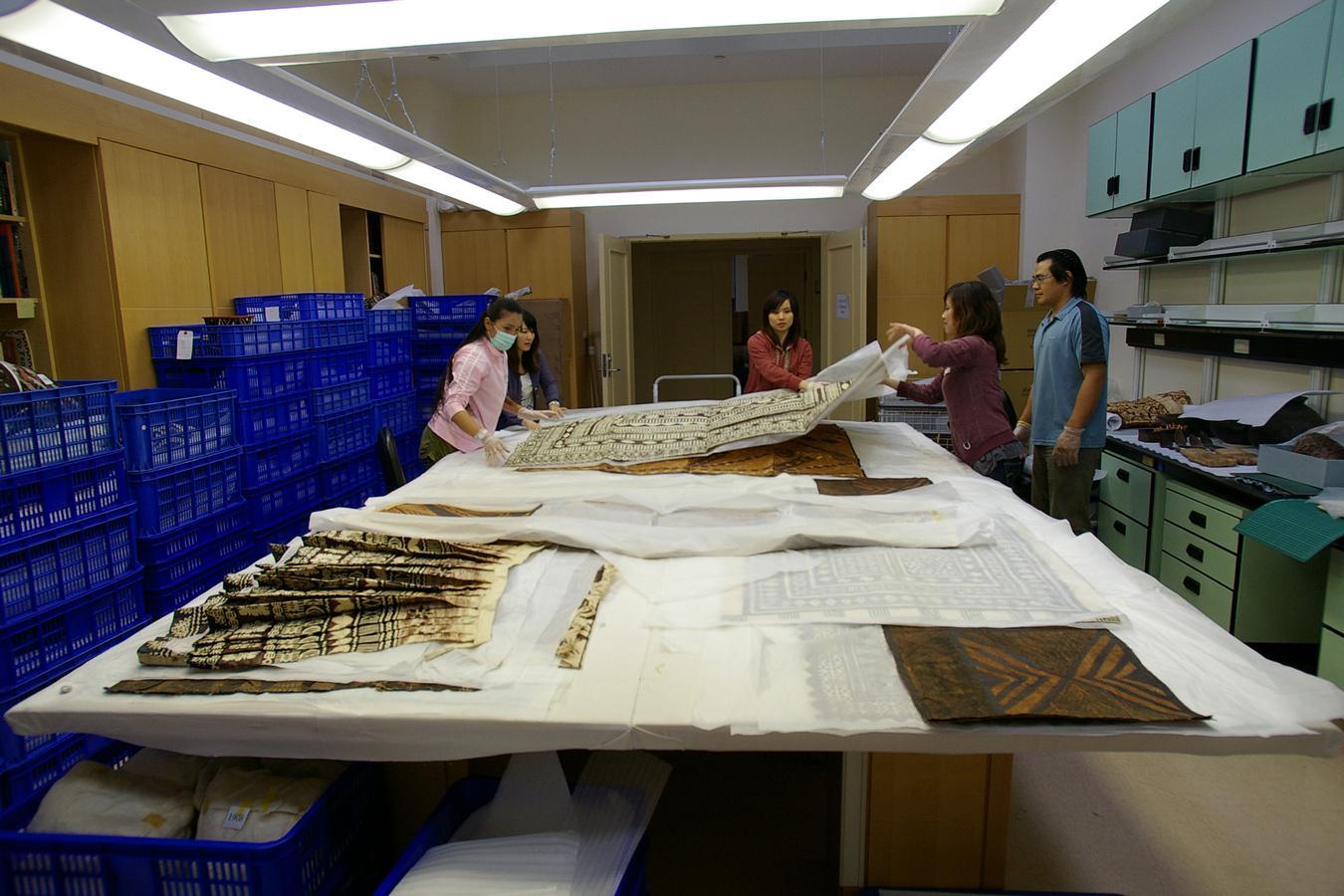 圖11 史前館典藏人員將樹皮布攤平整理