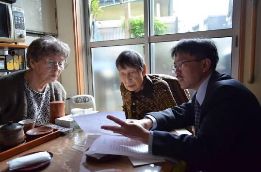 圖3 經由台北文化中心薛銀樹秘書的翻譯,岩佐嘉親先生正仔細地閱讀文化部龍應台部長的致謝函。