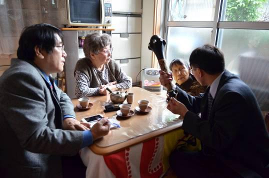 圖4 林志興副研究員與薛銀樹秘書正在向岩佐先生請教文物的來源與脈絡,做為未來入藏的重要資訊。