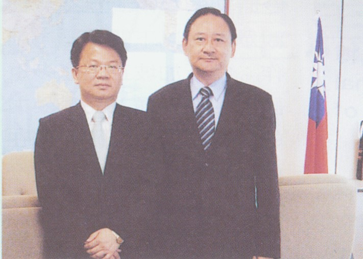 2007.9.22 鄭館長拜會我國駐新加坡台北代表處,與郭時代表合影