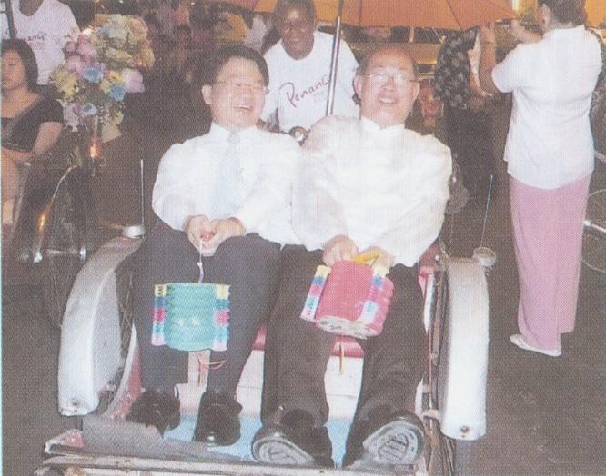2007.9.22 鄭館長與拿督莊耿康先生坐三輪車參加中秋節提燈遊行
