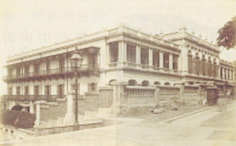 孫中山先生在港就讀中央書院時,曾於1884年出席該校新址的奠基禮,至1894年後中央書院改稱皇仁書院。此圖攝於士丹頓街與城皇街側,現址為荷李活道前警察宿舍。