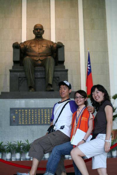 作者連解瑋(中)與兩名韓國大學生在館內大廳模仿衛兵行步[放大圖片檢視]