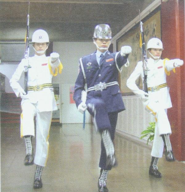 圖為空軍儀隊禮兵長帶領兩位海軍儀隊儀兵準備下哨[放大圖片檢視]