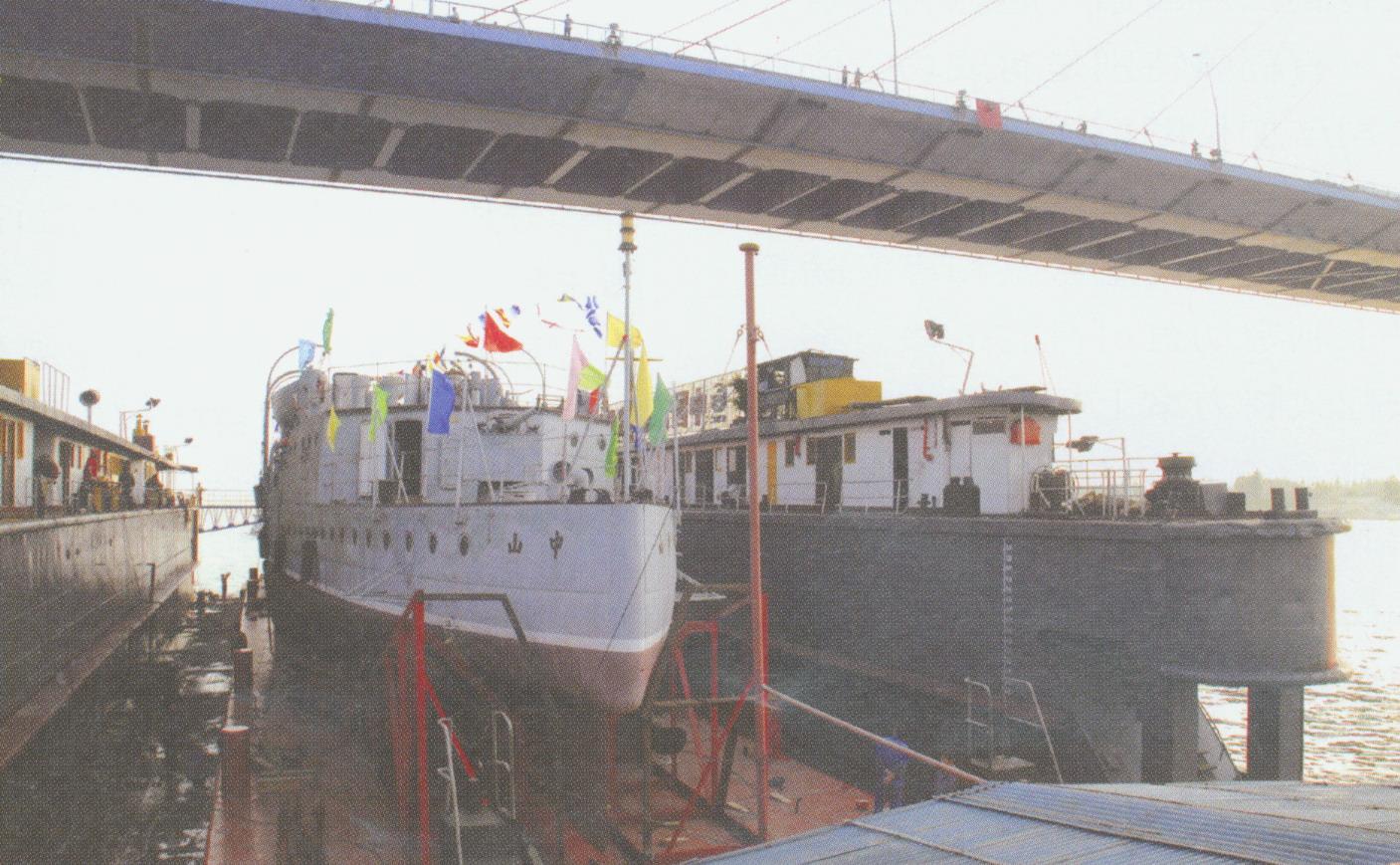 中山艦在浮船塢的拖載下通過白沙洲長江大橋[放大圖片檢視]