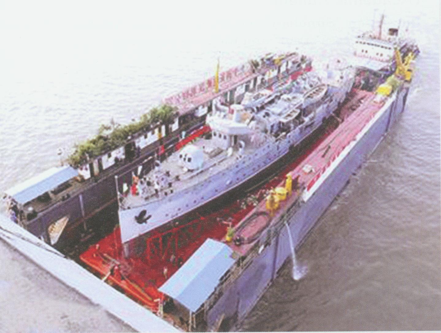 中山艦在浮船塢的拖載下在長江江前執行[放大圖片檢視]