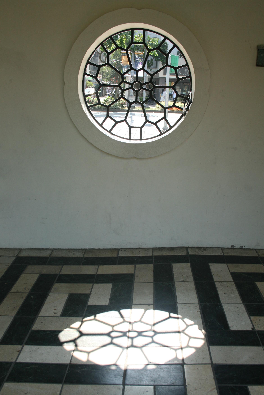 迴廊花窗格影子