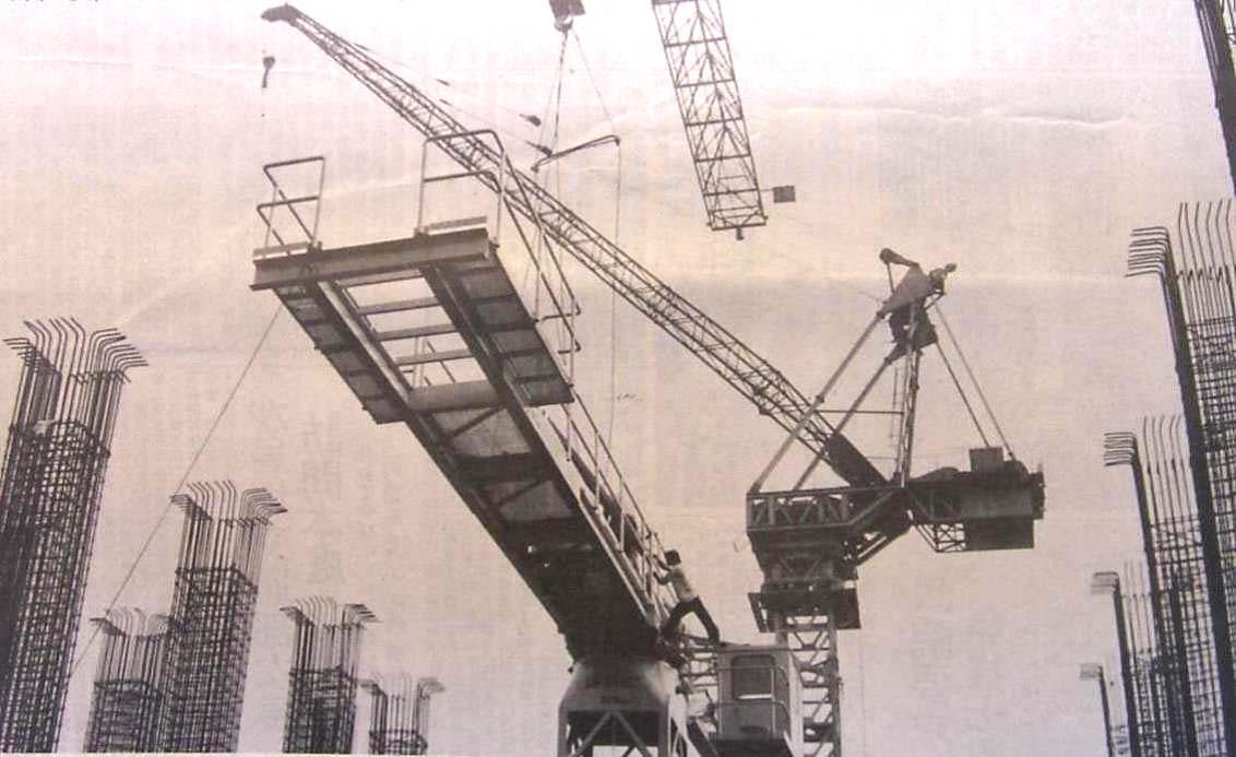 安裝塔式自昇式旋轉懸臂混凝土澆築機情形