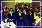 嚴總統家淦先生及行政院長蔣經國先生蒞館至中山公園植樹,蔣院長於植樹後與青年合影