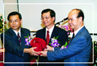 曾館長江源先生與張館長瑞濱先生交接典禮中,曾館長將印信交予張館長