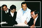 陳總統參觀林再興交趾陶藝展,並在交趾陶作品上簽名留念