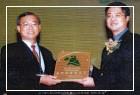 張館長瑞濱代表本館領取「第7屆行政院服務品質獎-善用社資源獎」