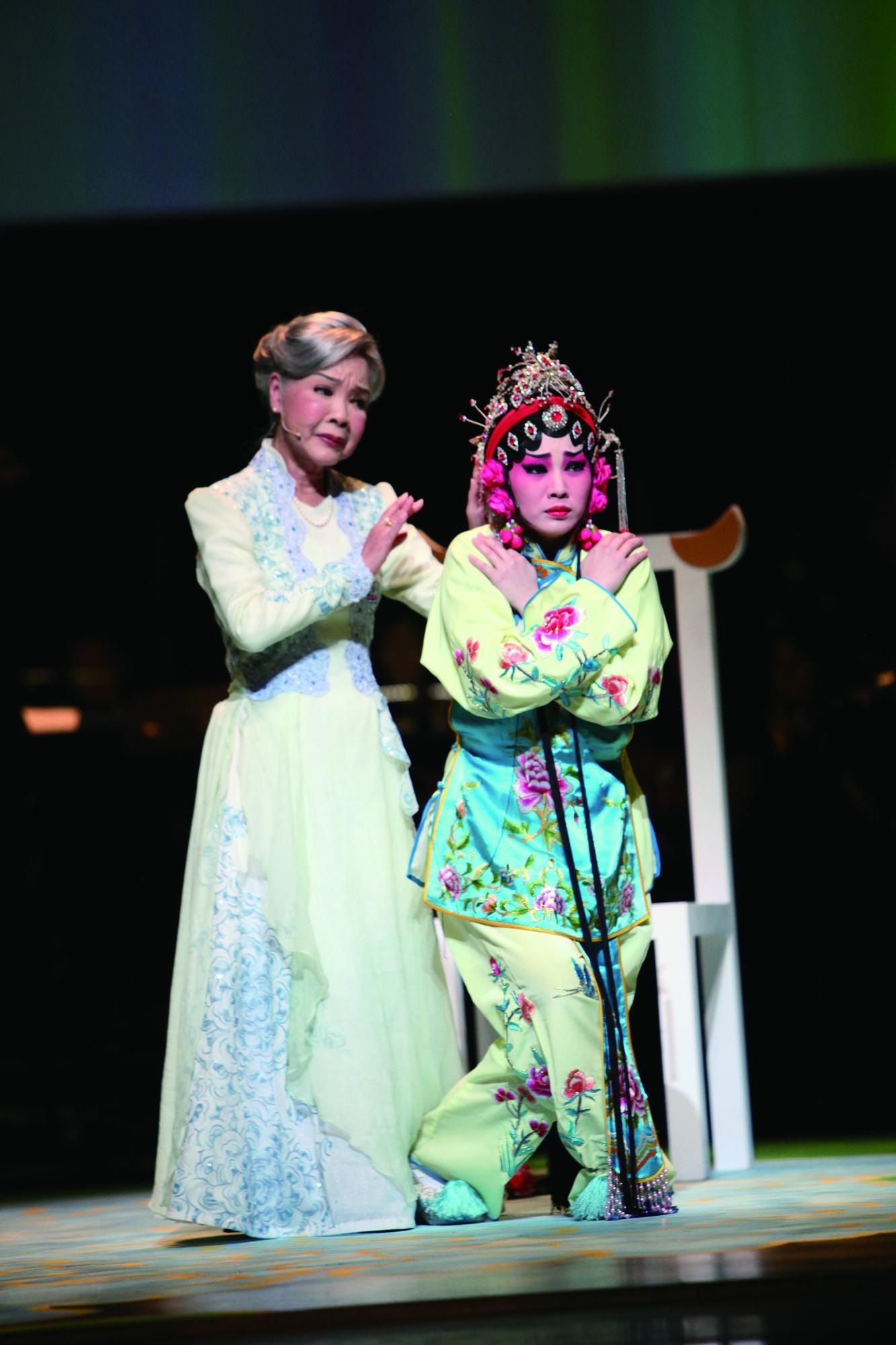 《凍水牡丹─風華再現》,左為廖瓊枝,右為王台玲,演出廖瓊枝幼年。.JPG