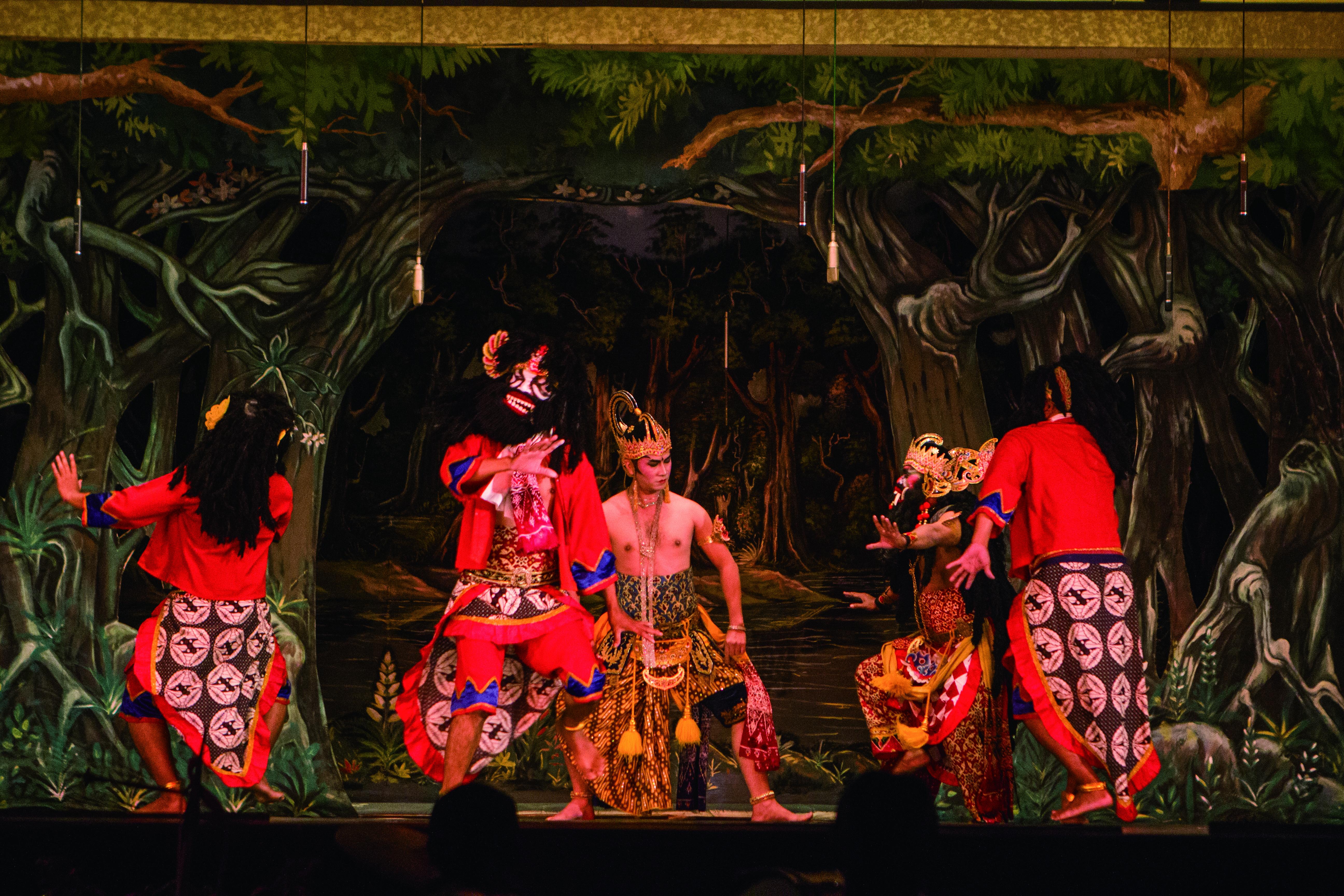 中爪哇的舞劇服裝色彩濃烈。.JPG