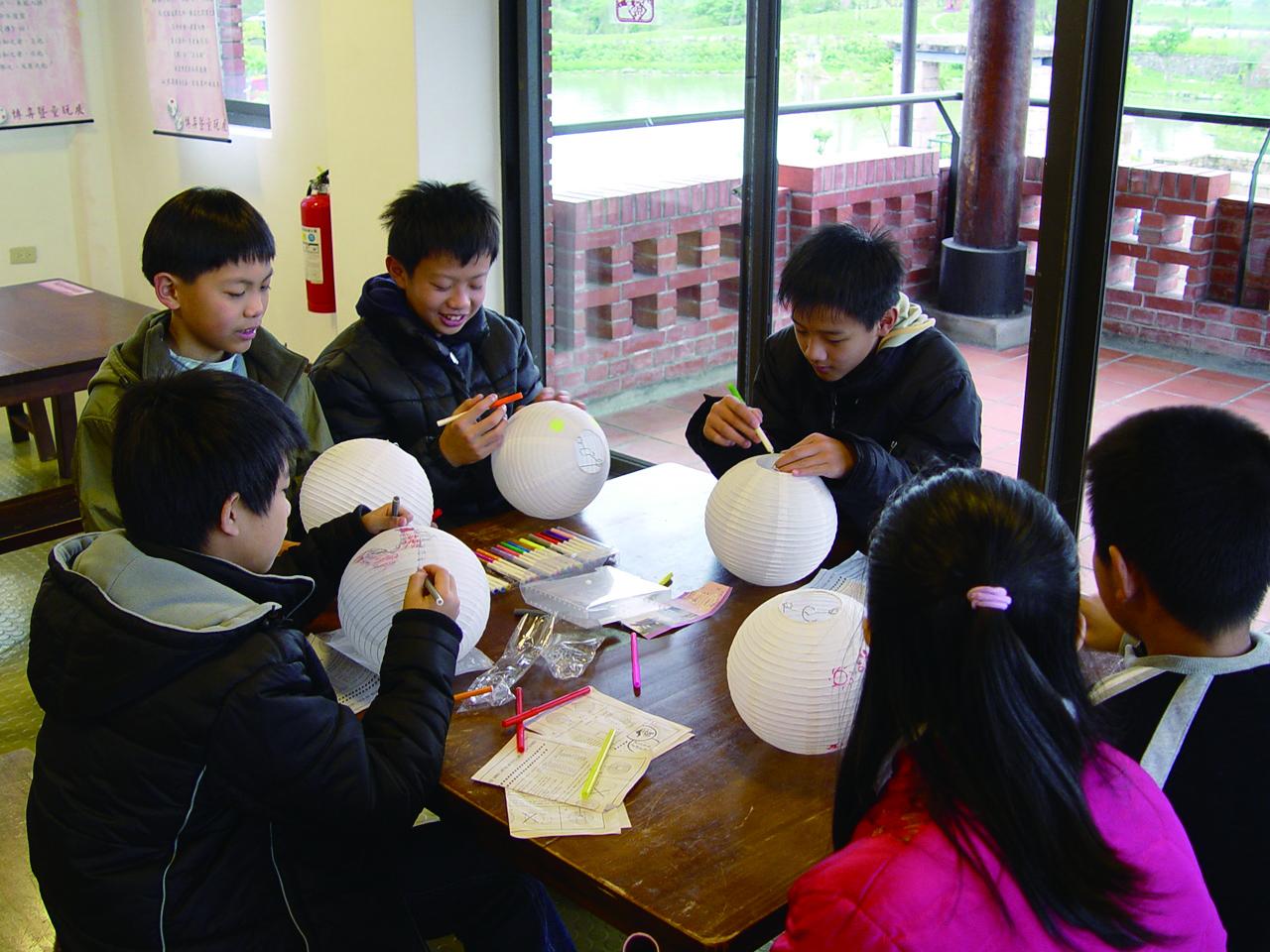 做燈,提燈可以讓台灣下一代體會老祖宗的智慧。.JPG
