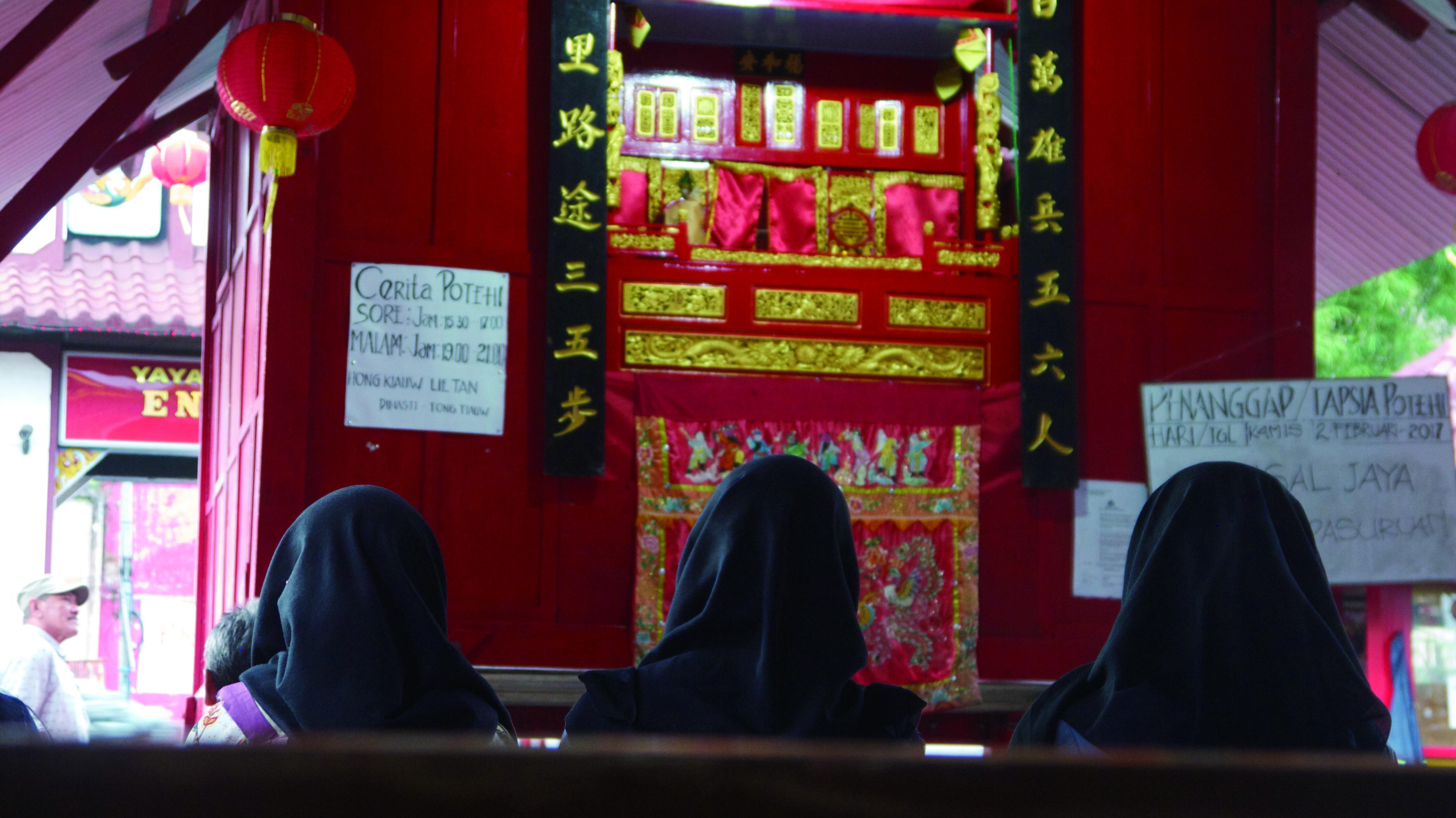 印尼穆斯林在華人宮廟看布袋戲,印證文化就是最好的溝通語言。.jpg