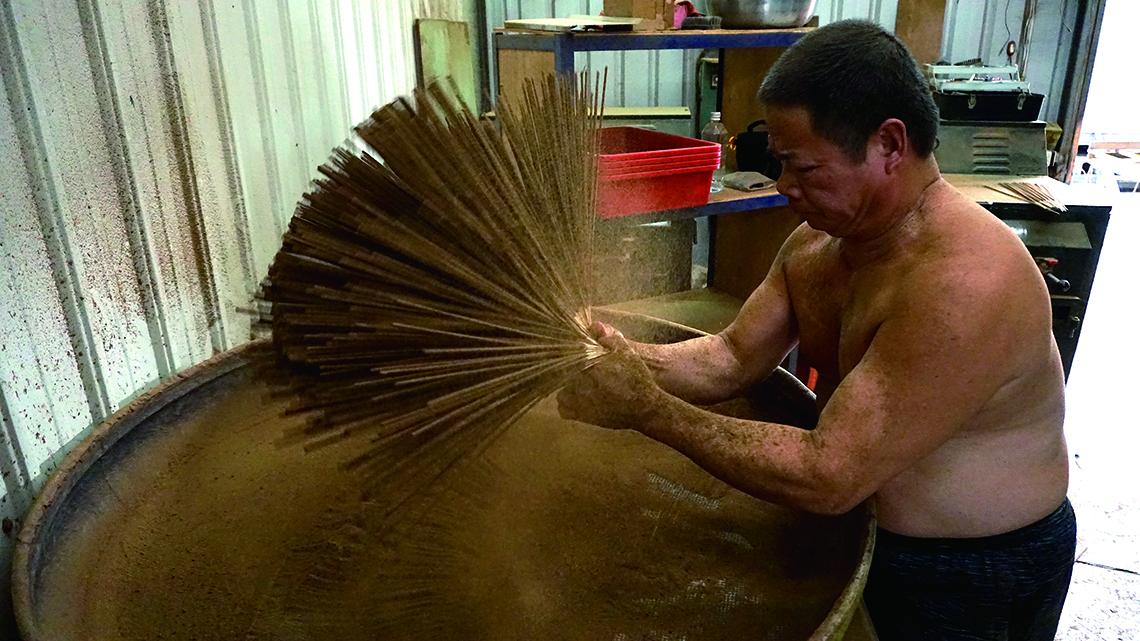 施金玉沐香齋在現今多數以機器製香的環境下,仍堅持保有由師傅手工製香的環節,以維持品質。.jpg