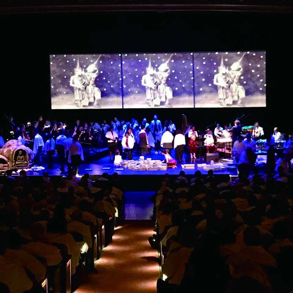 圖2.所有觀眾跟隨從席間緩步上舞臺的演出者,都披起了白布,猶如走進柬埔寨傳統的殮禮儀式當中。.jpg