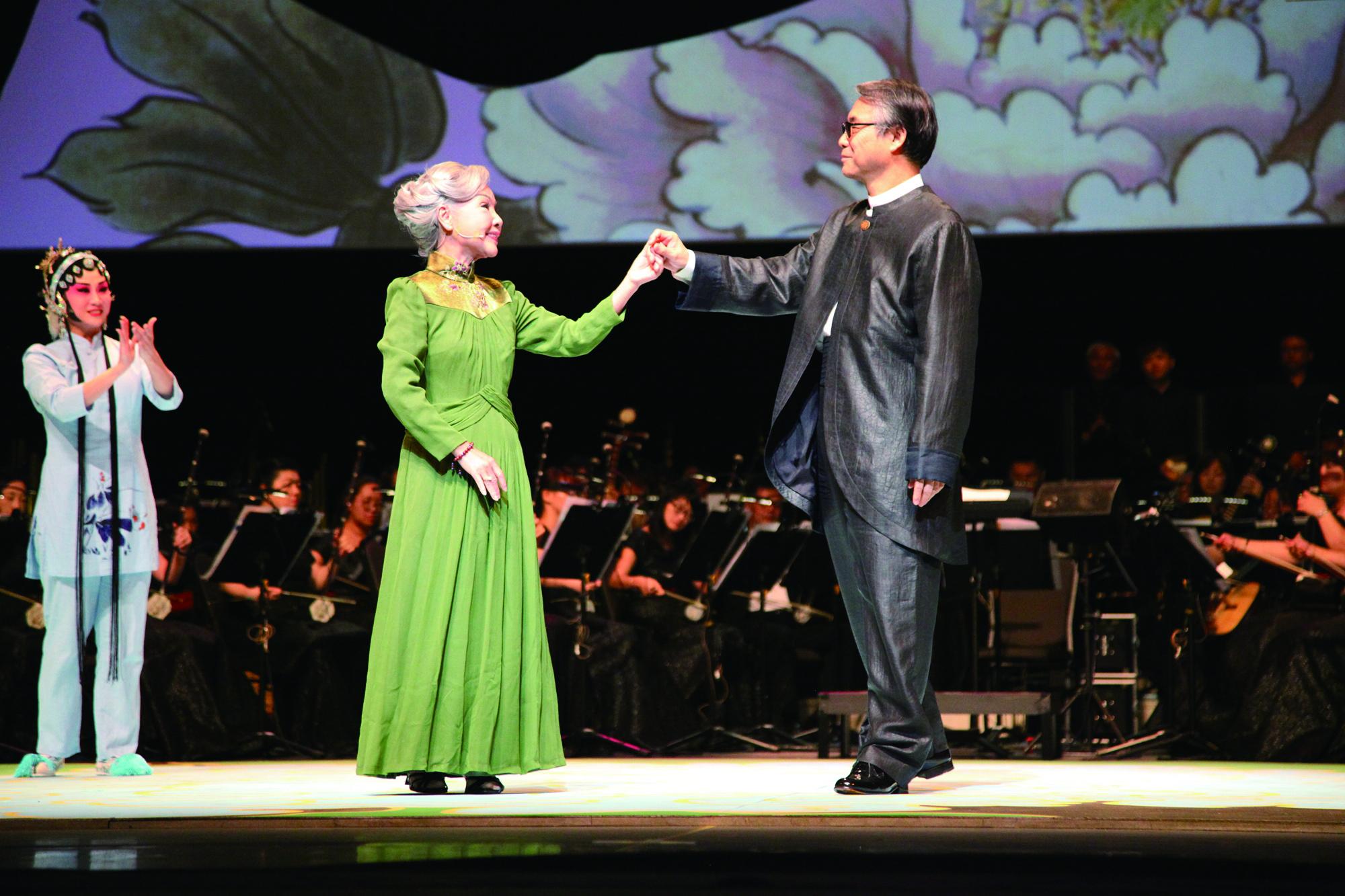 《凍水牡丹─風華再現》,廖瓊枝(左)與閻惠昌(右)各為歌仔戲及國樂界大師,同臺演出.JPG