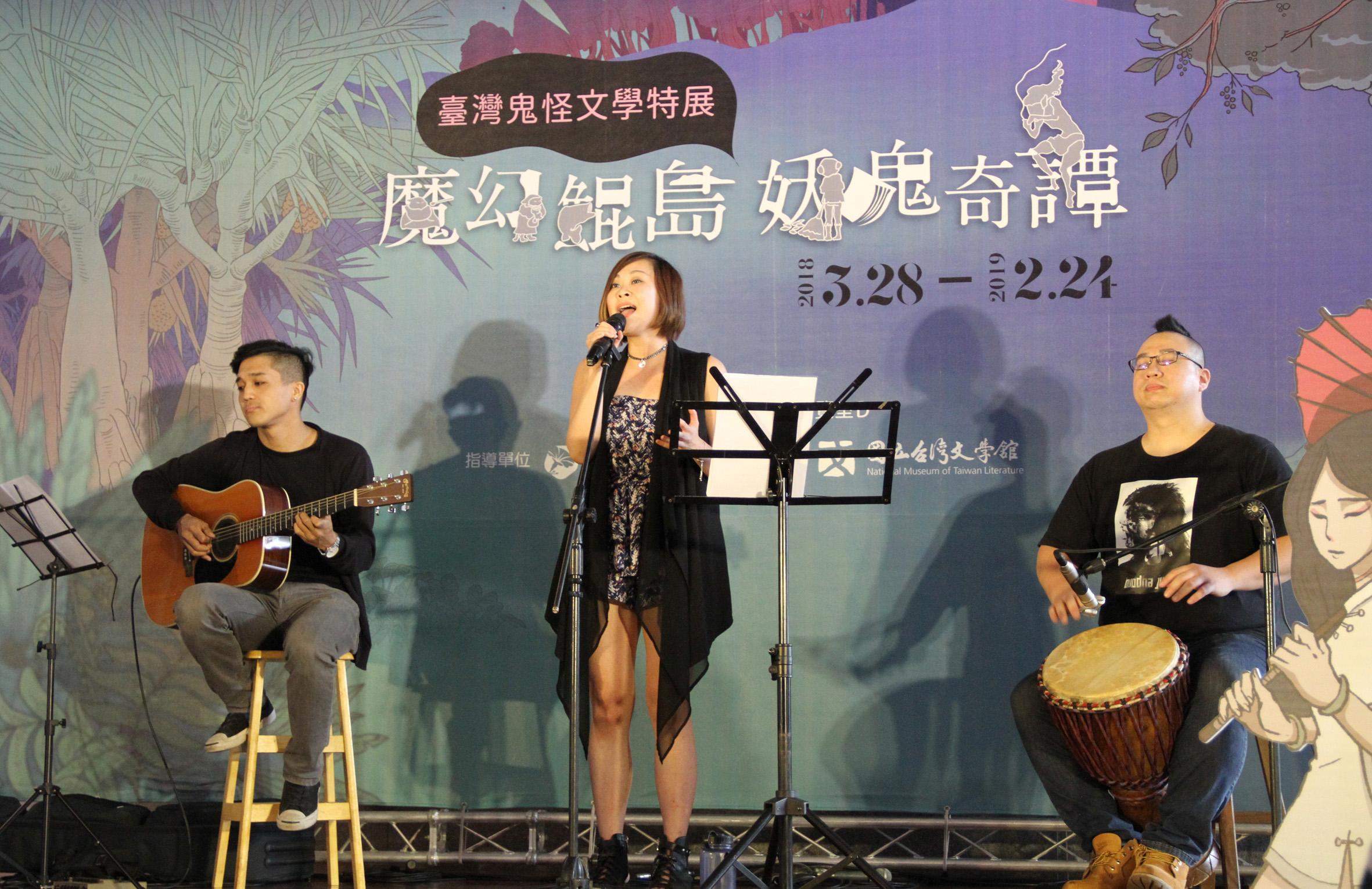 歌手羅香菱(中)與翁光煒(左)、吳政君(右)兩位樂手共同演出.jpg