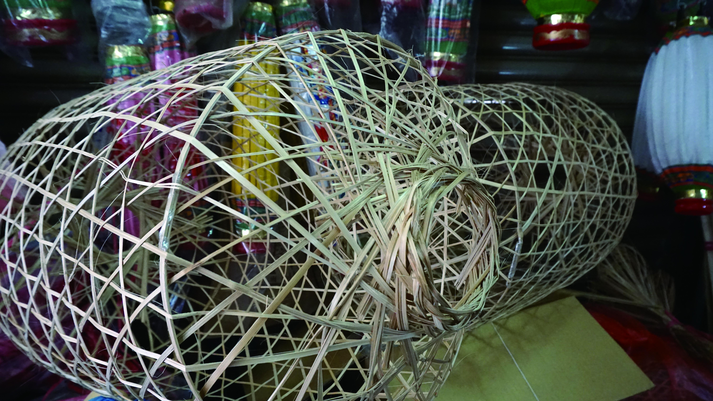 燈籠的美觀與否,除了圖樣,支撐燈籠的骨幹是否平滑方正更是關鍵。削竹片也是燈籠製作必要的過程,然而竹片多纖維的特性,也讓這一份工作增添不少難度。.JPG
