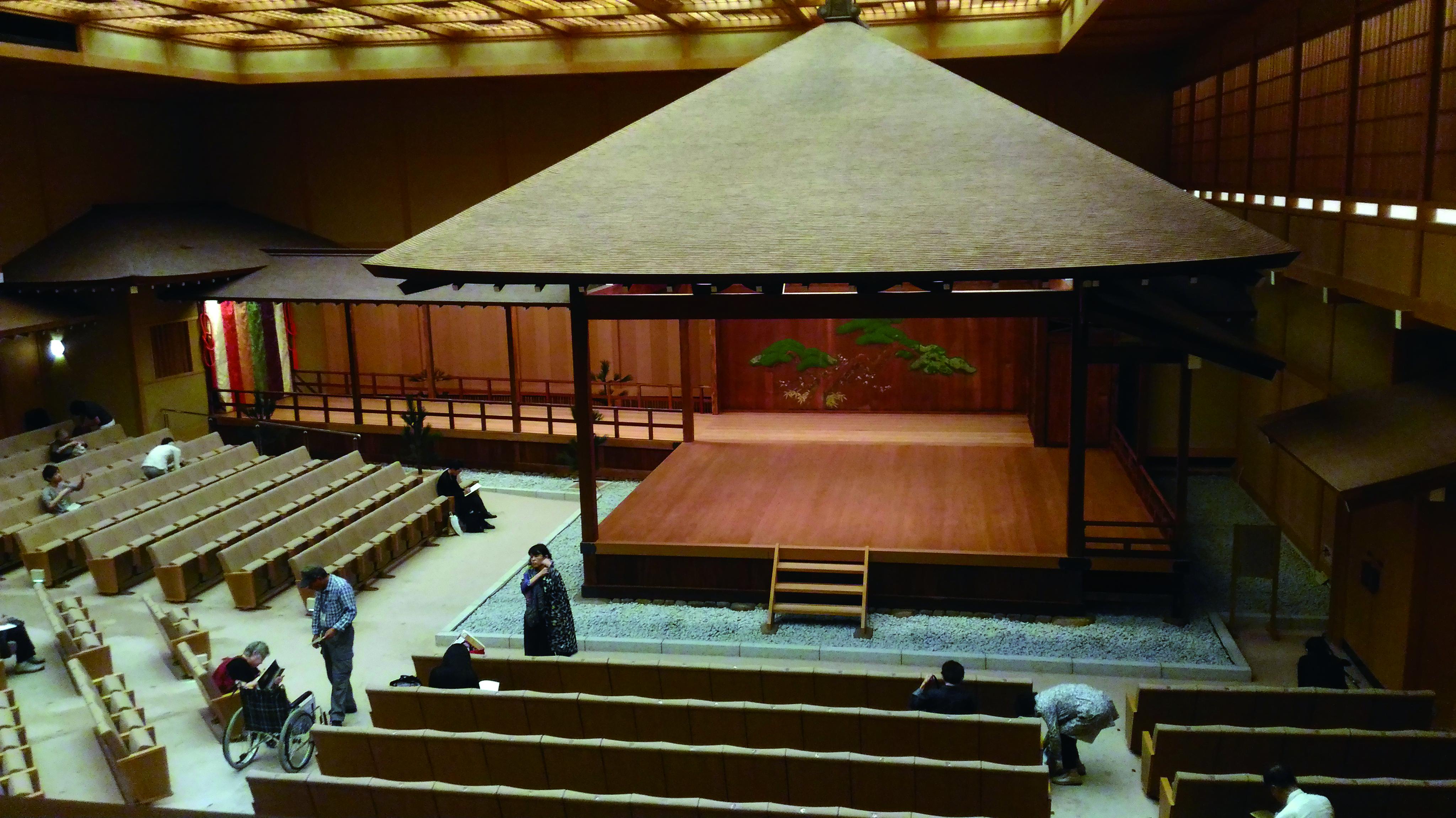 橫濱能樂堂之傳統舞臺結構對於習慣使用字幕設備輔助觀眾的國光劇團來說是極大考驗。.jpg