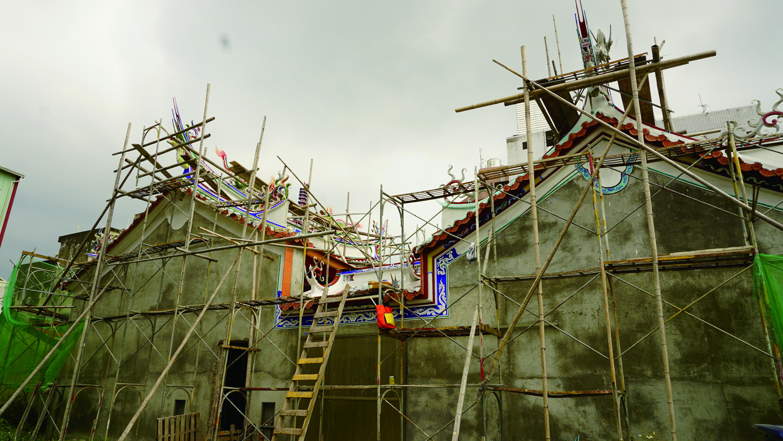 「剪粘」又稱「剪花」,最早流傳於閩粵地區,利用民間生活中破碎的瓷碗片,以「剪」和「粘」的方式,黏塑出龍鳳、祥獸、人物、花鳥等形體,在台灣多作為廟宇屋脊的裝飾。.JPG