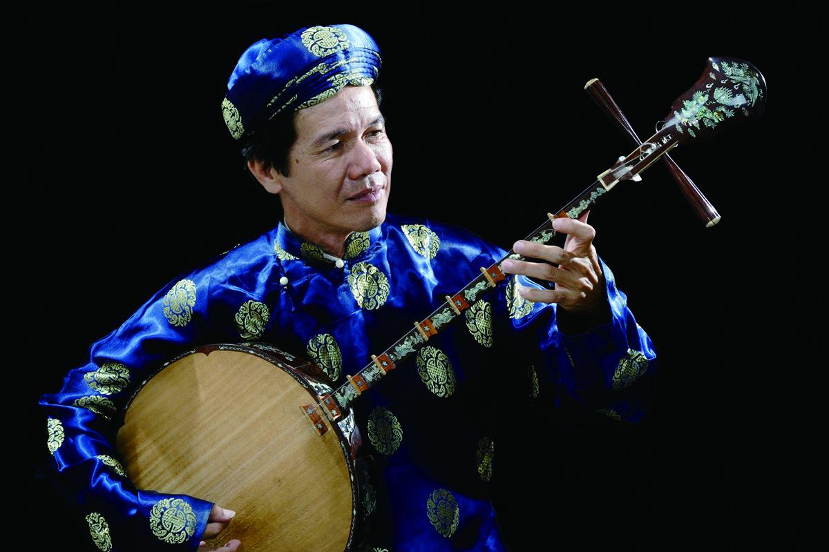越南月琴演奏家黃凱與臺灣國樂團共奏,展開跨文化的音樂對話。.jpg