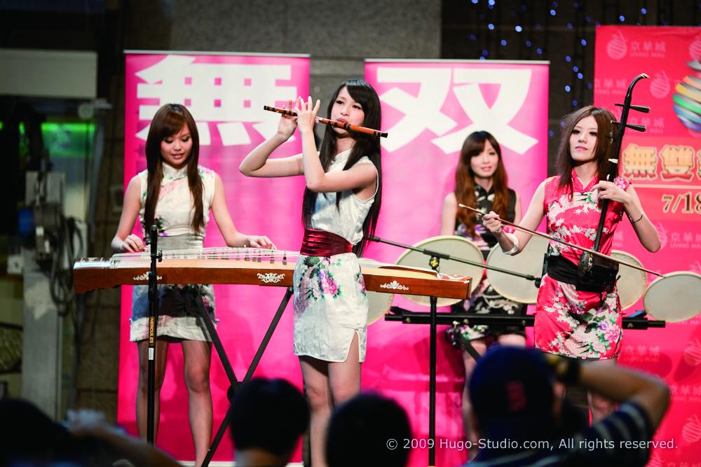 無雙女子樂團時著短裙,站著演出,都是為吸引人目光的創新手法.jpg