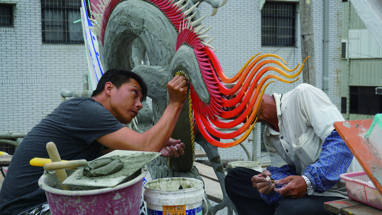 年輕時曾任營建業工務經理的葉明吉表示,剪黏師傅習藝要七年,收入較一般建築工人高四成左右。一樣是飛簷走壁的工作,剪黏還多學到一項技藝!.JPG