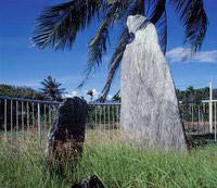 月形石柱矗立於遺址上