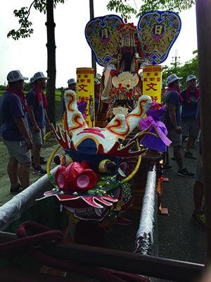 圖2只有「大帝」地位的神明,才能在轎前使用龍頭。( 左籐紙藝薪傳提供).JPG