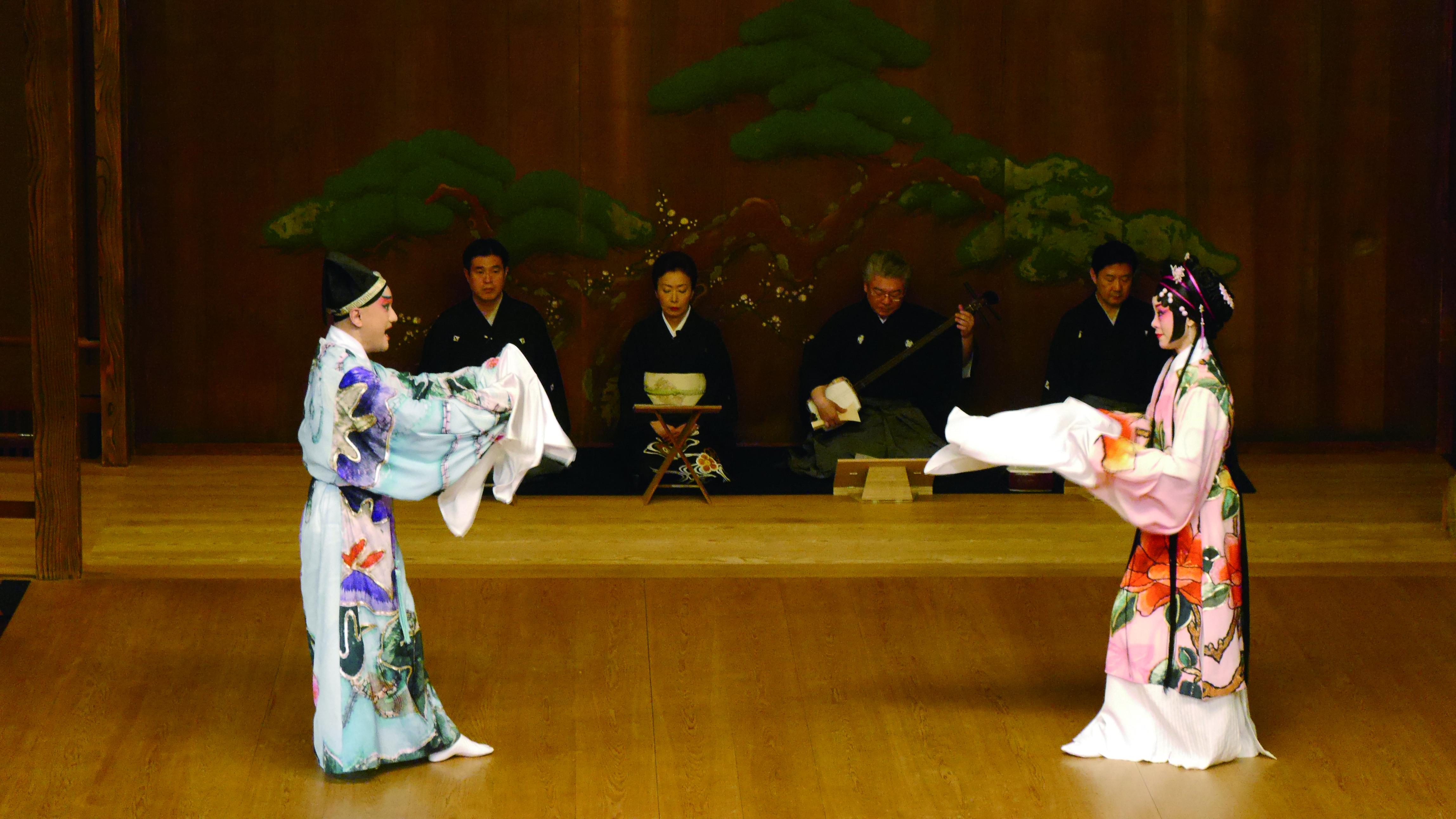 圖8溫宇航與劉珈后最後決定尊重日本藝能傳統,脫去崑曲戲靴,穿上足袋,站上一百四十年的能劇舞臺。.JPG