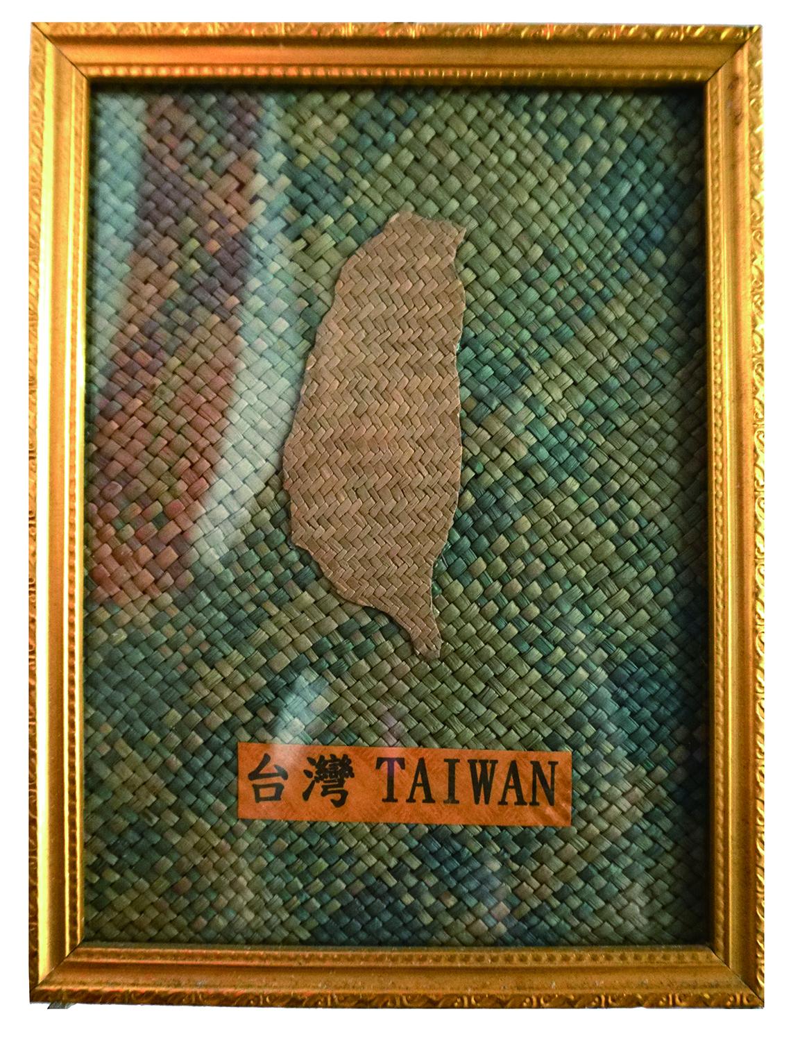 圖2用藺草編織的「臺灣」就安放在店內,雖然有了些許陳舊氣息,卻記錄了過去發展的足跡。.jpg