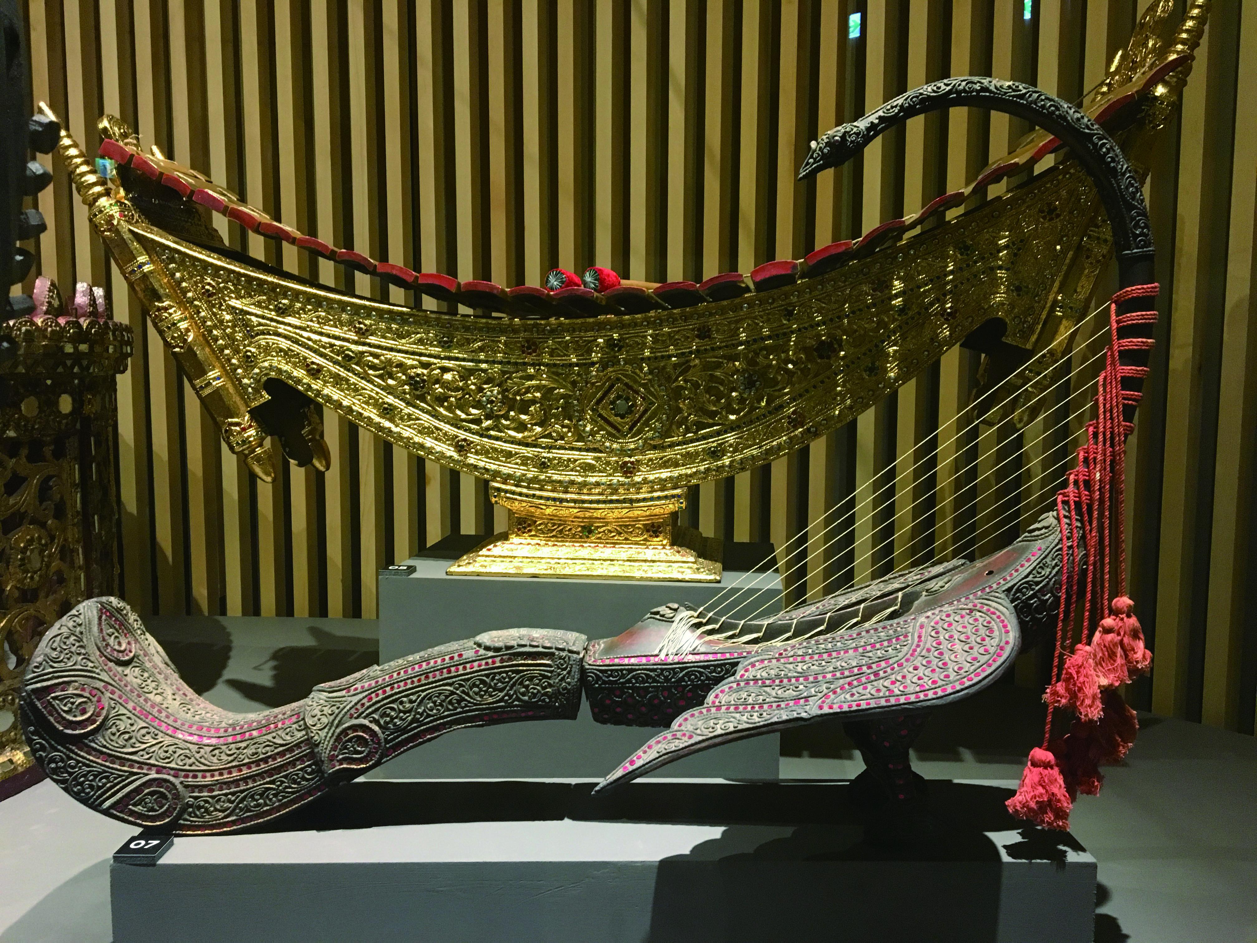 圖二東南亞地區皇室宮庭的雍容與狂野,民間的古樸與草根,透由樂器,一覽無遺。圖為緬式豎琴 。(魏心怡攝影).JPG