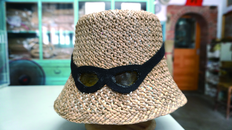 為感謝蔣宋美齡夫人,對於扶植藺草編織產業的幫助,婦女會特別邀請振發帽蓆行的張水連先生與張武雄先生父子,設計承製頗具時尚感的草帽,贈予蔣夫人。此帽也成為店裡的重要.JPG